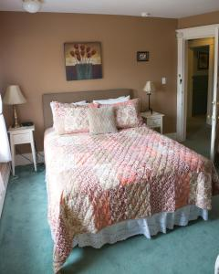 Double Room with Shared Bathroom 10 Amy Elizabeth