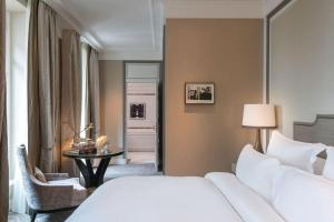 Deluxe King Room with Swimming Pool & Spa Access