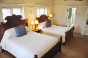 Queen Cottage with Two Queen Beds with Refrigerator