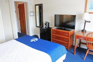 Standard Queen Room with Balcony - Limited Inner Harbor View