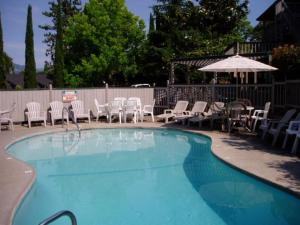 Places To Stay With Outdoor Pool In Medford Or