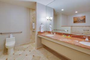 King Room with Roll-In Shower - Disability/Hearing Accessible - Non-Smoking