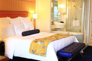 Deluxe Queen or Twin Room with City View