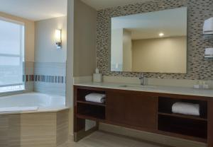 One-Bedroom King Suite with Spa Bath