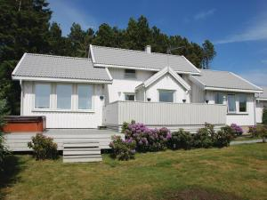 Three-Bedroom Holiday home Store Höga with Sea View 07, Holiday homes  Stenungsund - big - 8