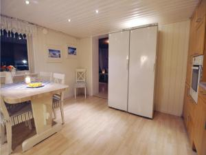 Three-Bedroom Holiday home Store Höga with Sea View 07, Case vacanze  Stenungsund - big - 20