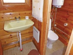 Two-Bedroom Holiday home with Sea View in Sparreholm, Дома для отпуска  Sparreholm - big - 3