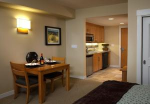 Deluxe One-Bedroom Suite with Kitchenette