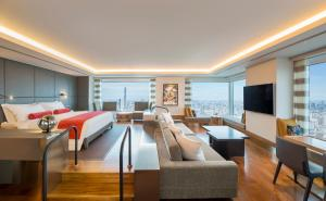 Designer's Suite with free access to Lounge - Non-Smoking