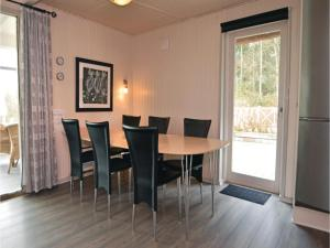 Three-Bedroom Holiday home with a Fireplace in Blåvand, Holiday homes  Blåvand - big - 16