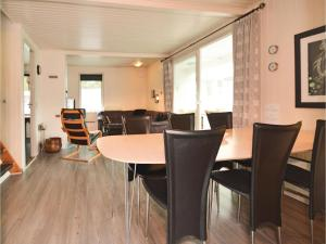 Three-Bedroom Holiday home with a Fireplace in Blåvand, Holiday homes  Blåvand - big - 3