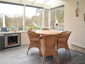 Three-Bedroom Holiday home with a Fireplace in Blåvand, Holiday homes  Blåvand - big - 12