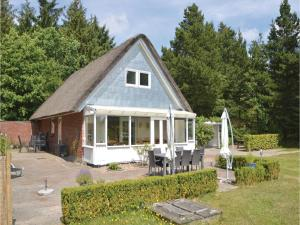 Three-Bedroom Holiday home with a Fireplace in Blåvand, Holiday homes  Blåvand - big - 32