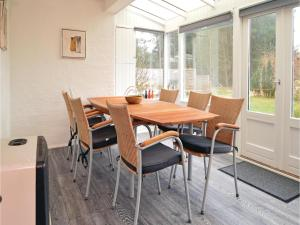 Three-Bedroom Holiday home with a Fireplace in Blåvand, Holiday homes  Blåvand - big - 11