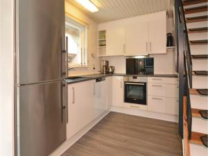 Three-Bedroom Holiday home with a Fireplace in Blåvand, Holiday homes  Blåvand - big - 20