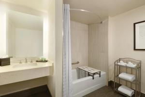 King Room - Mobility/Hearing Accessible with Tub