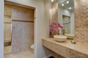 Stunning Home Close to Everything Yet Far From All, Villen  Las Vegas - big - 46