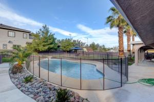 Stunning Home Close to Everything Yet Far From All, Vily  Las Vegas - big - 43