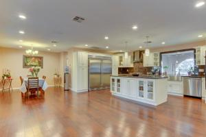 Stunning Home Close to Everything Yet Far From All, Villen  Las Vegas - big - 41