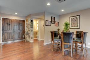 Stunning Home Close to Everything Yet Far From All, Ville  Las Vegas - big - 38