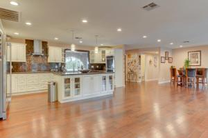 Stunning Home Close to Everything Yet Far From All, Vily  Las Vegas - big - 27