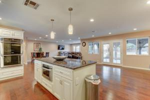 Stunning Home Close to Everything Yet Far From All, Villen  Las Vegas - big - 26