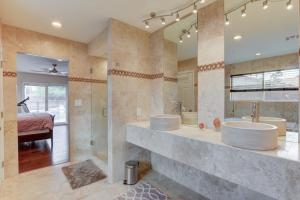 Stunning Home Close to Everything Yet Far From All, Villen  Las Vegas - big - 24