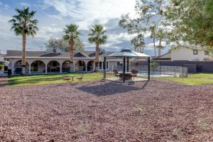 Stunning Home Close to Everything Yet Far From All, Vily  Las Vegas - big - 23