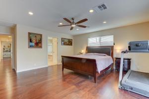 Stunning Home Close to Everything Yet Far From All, Vily  Las Vegas - big - 22