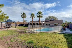 Stunning Home Close to Everything Yet Far From All, Vily  Las Vegas - big - 30
