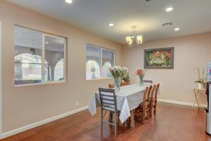 Stunning Home Close to Everything Yet Far From All, Villen  Las Vegas - big - 16