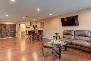 Stunning Home Close to Everything Yet Far From All, Villen  Las Vegas - big - 10