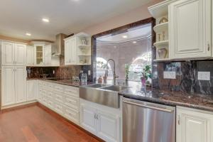 Stunning Home Close to Everything Yet Far From All, Villen  Las Vegas - big - 9