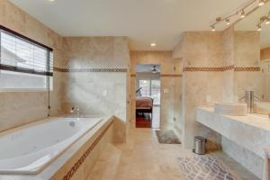 Stunning Home Close to Everything Yet Far From All, Villen  Las Vegas - big - 4