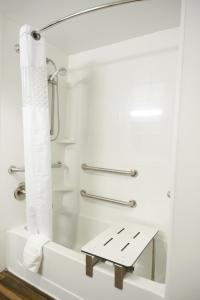 King Room with Bath Tab - Mobility/Hearing Accessible - Non-Smoking