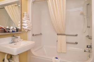Queen Room with Bathtub - Mobility Accessible/Non-Smoking