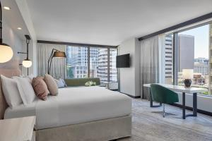 Corner Junior King Suite with City View