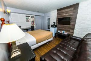 Premier Room with One Queen Bed - Non-Smoking