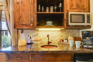 Wine Country Cottages on Main: Wine Thief, Holiday homes  Fredericksburg - big - 6