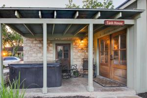 Wine Country Cottages on Main: Tank House, Case vacanze  Fredericksburg - big - 46