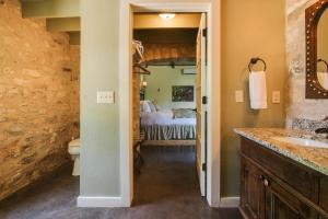 Wine Country Cottages on Main: Tank House, Case vacanze  Fredericksburg - big - 42