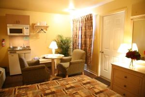 Motel Queen Room with Kitchenette