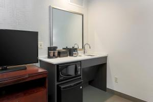 King Corner Suite - Mobility/Hearing Accessible - Non-Smoking