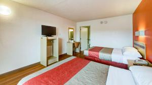 Queen Room with Two Queen Beds with Roll-In Shower - Disability Access
