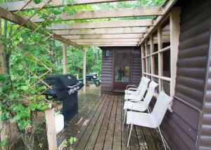 Deluxe Two-Bedroom Cottage with Lake View
