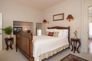 Queen Suite with Spa Bath and Fireplace - 6