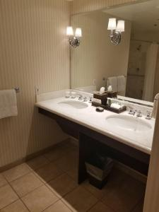 Deluxe Queen Room with Two Queen Beds with Disability Access - Poolside