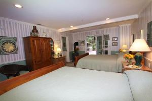 Deluxe Queen Room with Two Queen Beds (Sage)