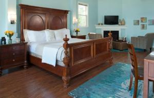 Deluxe King Room with Hot Tub - Upper Level