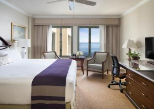 Deluxe King Room with Partial Sea View